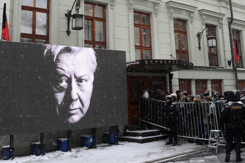 Люди стоят в очереди у входа в здание Московского Художественного театра имени Чехова в Камергерском переулке, где проходит церемония прощания с актером Олегом Табаковым.