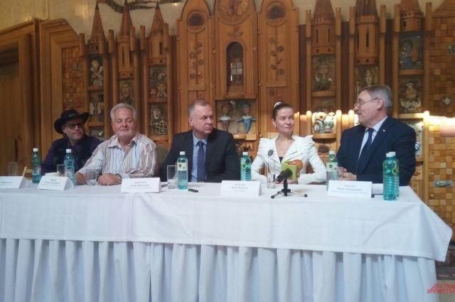 Участники пресс-конференции в театре кукол.