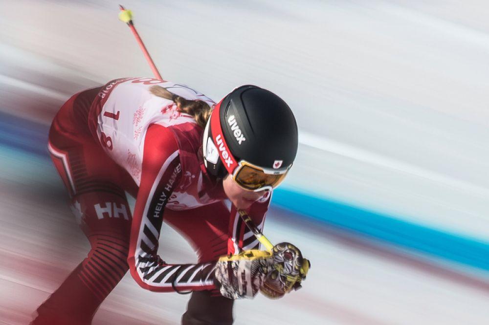 Эрин Латимер (Канада) на трассе супергигантского слалома в классе LW 2-9 (стоя) на соревнованиях по горнолыжному спорту среди женщин на XII зимних Паралимпийских игр в Пхенчхане.