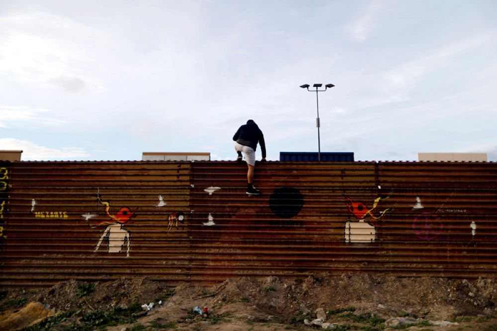 «Стена Трампа» на границе США и Мексики, вид с мексиканской стороны.