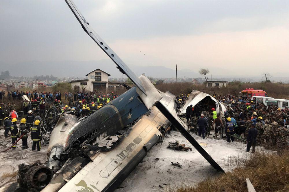 Обломки самолета частной бангладешской авиакомпании US-Bangla близ аэропорта Катманду, Непал. Лайнер заходил на посадку, но не попал на полосу и упал на футбольное поле рядом с аэропортом.