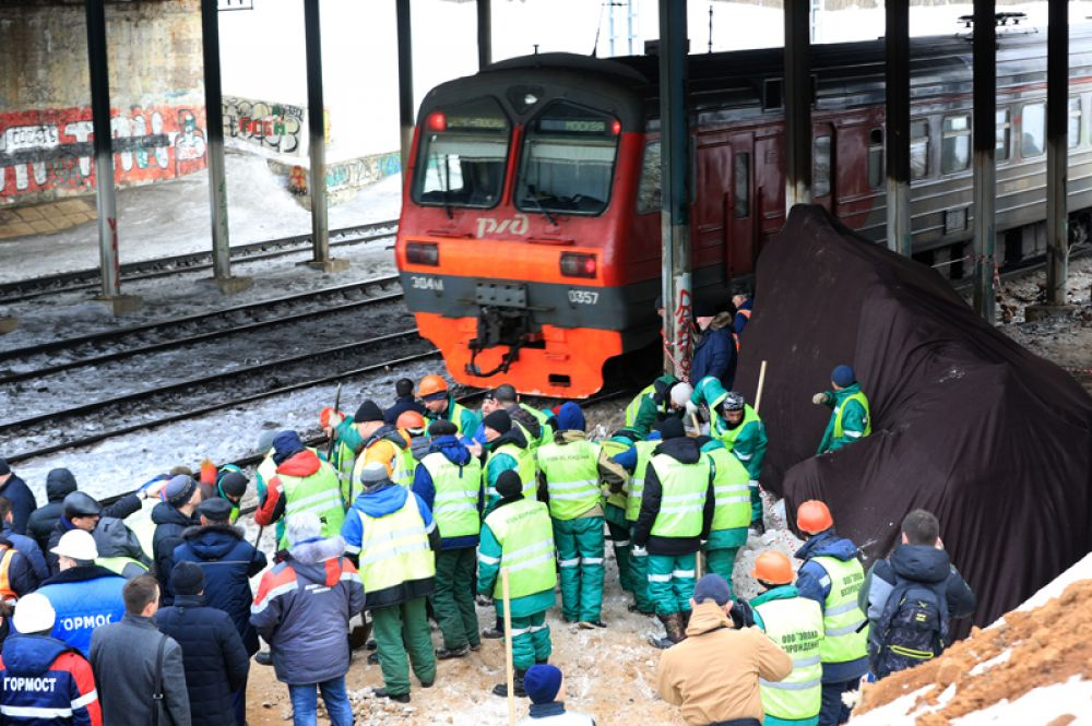 Электропоезд Фрязино – Москва, столкнувшийся с трактором возле станции Маленковская в Подмосковье.