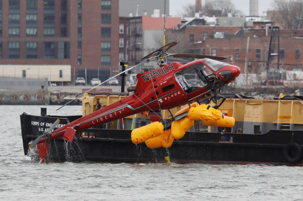 Вертолет Liberty Helicopters, упавший в пролив Ист-Ривер, Нью-Йорк, США. В результате инцидента погибли два человека и четверо пострадали. Вертолет выполнял частный рейс, на его борту было шесть человек, они занимались фотосъемкой.