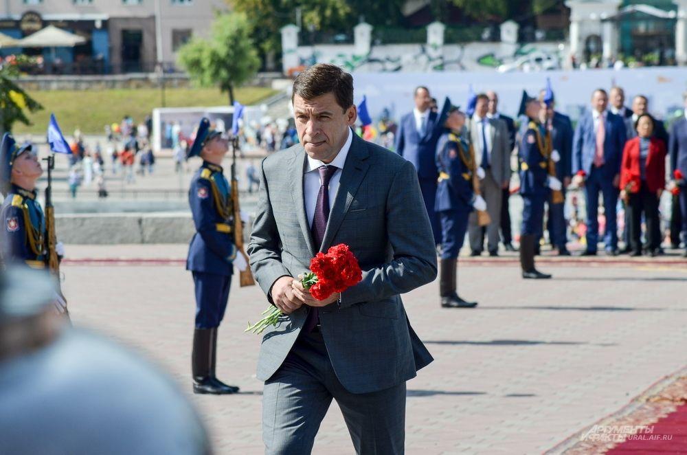 Возложение цветов памятнику отцам-основателям Екатеринбурга Де Геннину и Татищеву. 20 августа 2017 года