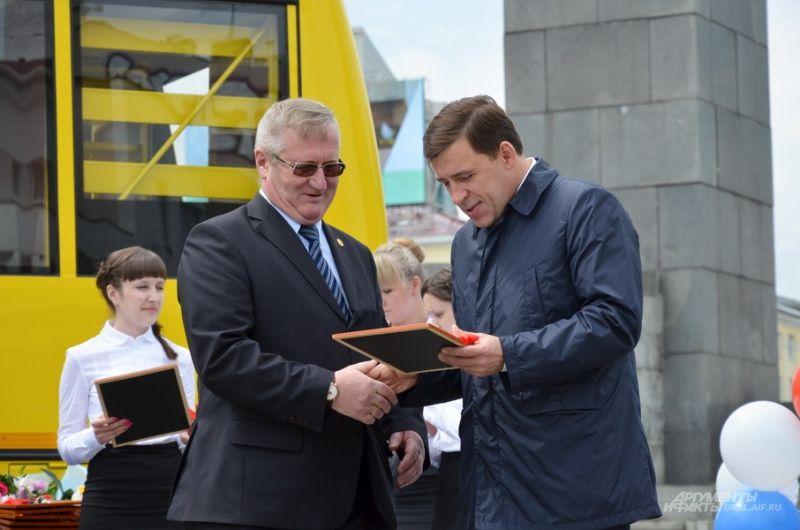 Вручение ключей от новых школьных автобусов муниципалитетам Свердловской области. 27 июня 2017 года