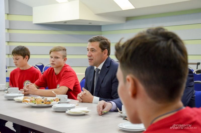 Встреча с молодыми хоккеистами учебно-образовательного центра «Золотое сечение». 4 августа 2017 года