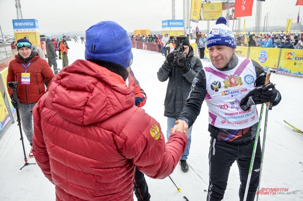 Антон Шипулин приветствует приехавшего к финишу губернатора на «Лыжне России – 2018». 11 февраля 2018 года