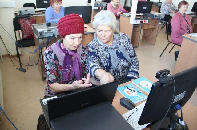 Пожилые люди будут учиться азам работы с компьютером.