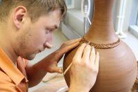 Михаил Бывших работает с глиной в разных техниках.