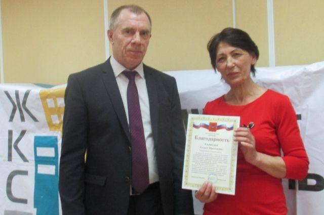 Исполнительный директор Вячеслав Князьков вручил награды лучшим работникам компании.