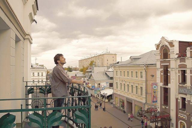 Главный герой - фотограф Никита Пирогов (его играет Иван Пилявский), снимающий фотографии по технологии XIX века.