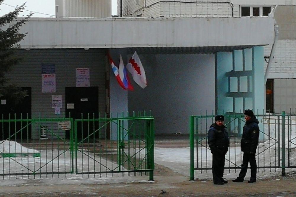 В Омске участки охраняют силовики.