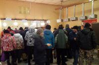 На владивостокских избирательных участках очереди из желающих проголосовать на угасают.