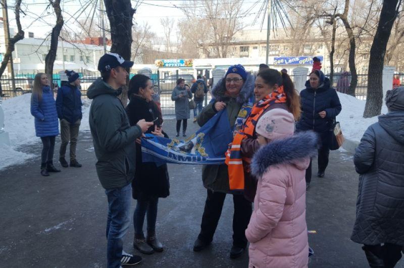 В Хабаровске болельщики ждут на избирательном участке хоккеистов ХК «Амур».