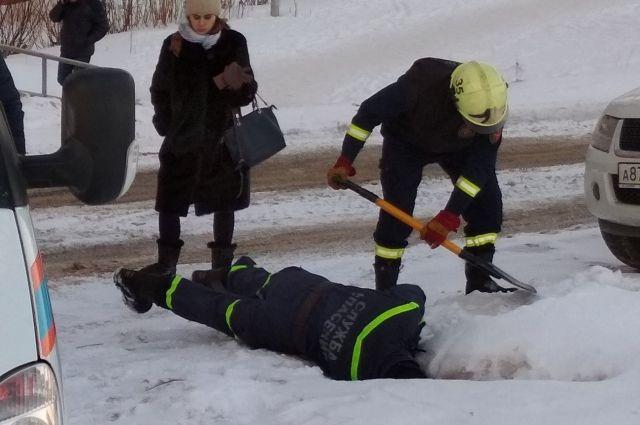 Спасатели помогли псу выбраться из колодца.