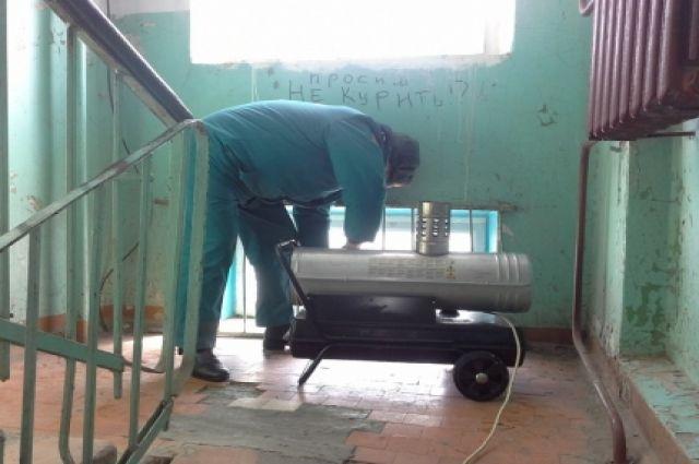 В подъездах жилых домов, оставшихся без отопления, установили и подключили тепловые пушки для обогрева жильцов.