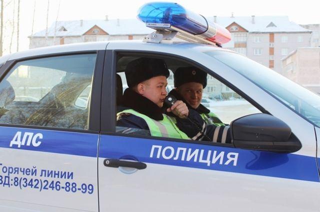 Сотрудники ГИБДД устанавливают обстоятельства происшествия.
