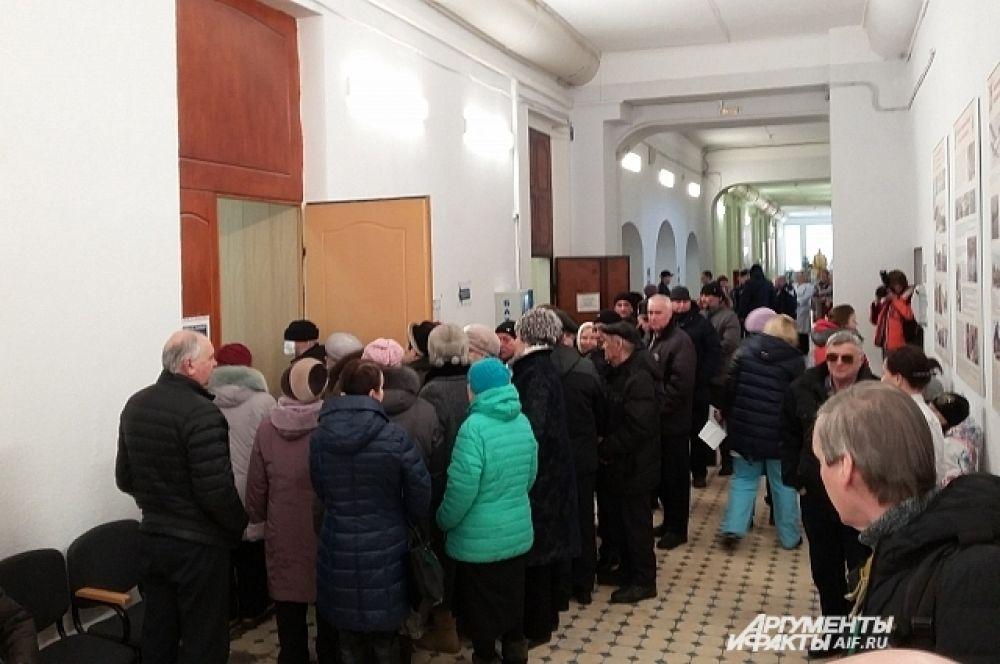 В Пермской краевой больнице на участке огромная очередь из желающих проголосовать.