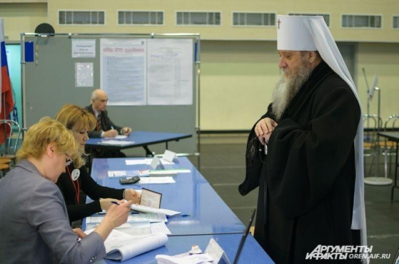 Митрополит Оренбургский и Саракташский Вениамин (Зарицкий Владимир Николаевич) тоже пришёл сегодня на выборы.