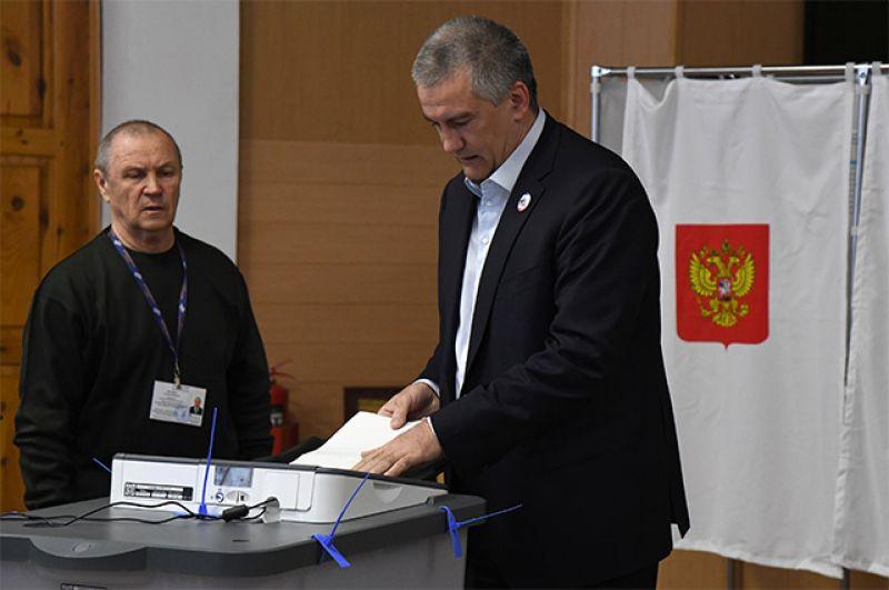 Глава Республики Крым Сергей Аксёнов во время голосования на выборах президента Российской Федерации на избирательном участке в Симферополе.