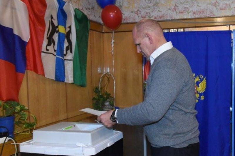 Депутат Госдумы Александр Карелин традиционно голосует на избирательном участке на территории военного санатория в Новосибирске.