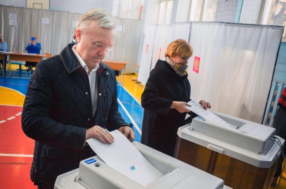 Врио губернатора Красноярского края Александр Усс проголосовал одним из первых. Пришёл на участок вместе с супругой в 8 часов утра.