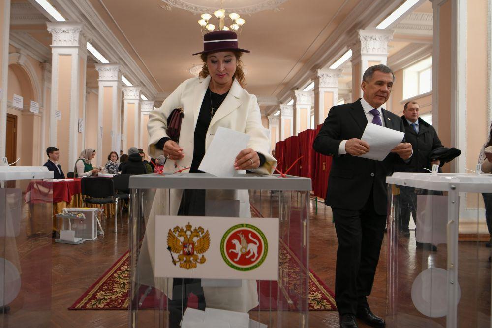 Вместе с президентом проголосовала и его супруга Гульсина.
