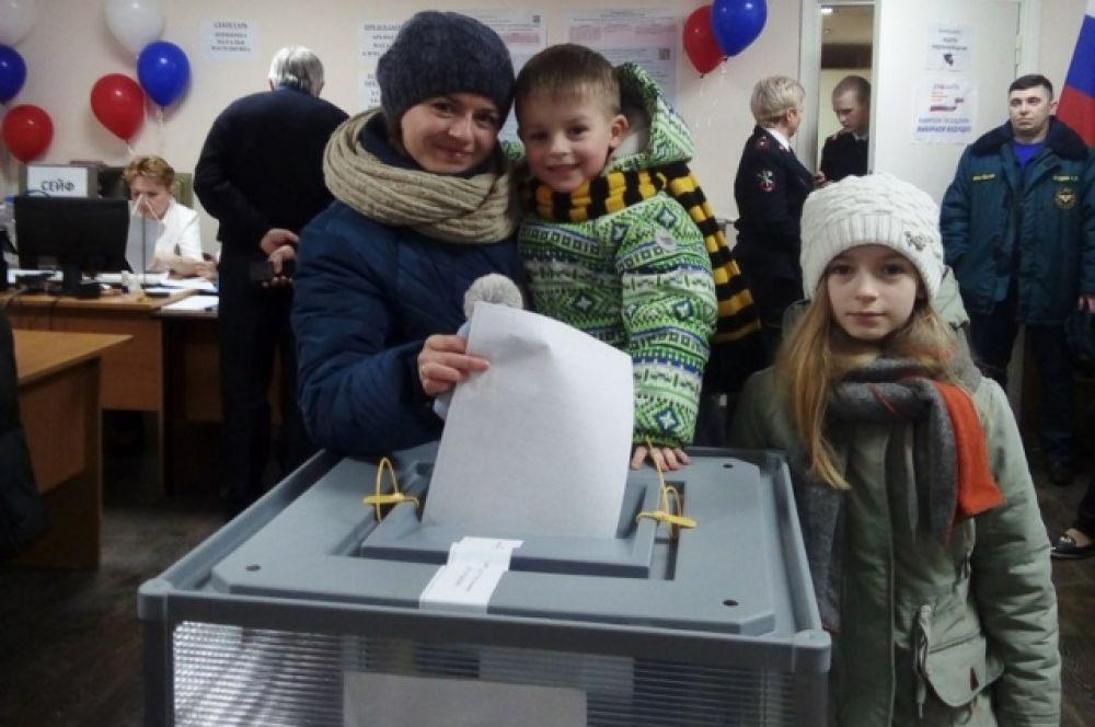 Избиратели приходят целыми семьями вместе с детьми.
