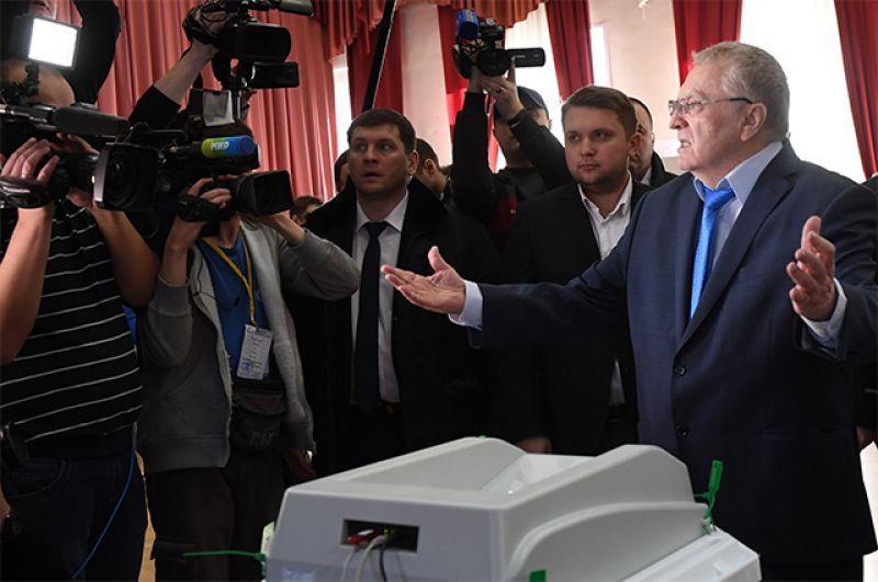 Кандидат в президенты РФ от ЛДПР Владимир Жириновский во время голосования на избирательном участке в Москве на выборах президента РФ.