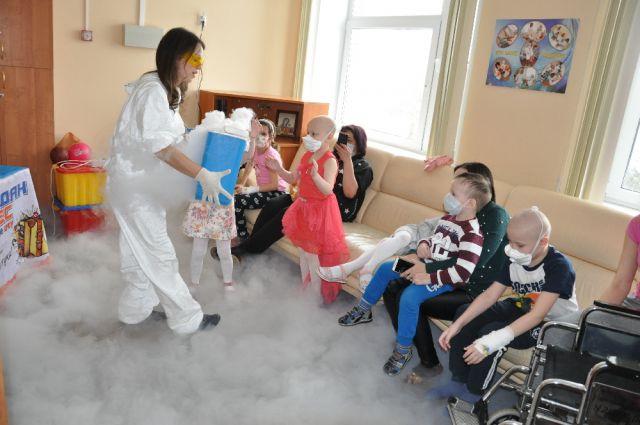 У маленьких пациентов всегда гости. В этот раз «на гастроли» в отделение приехали ребята из шоу-проекта «Чемодан чудес».