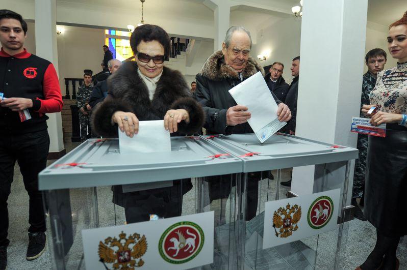Под пристальным вниманием фото- и телекамер Шаймиевы проголосовал.