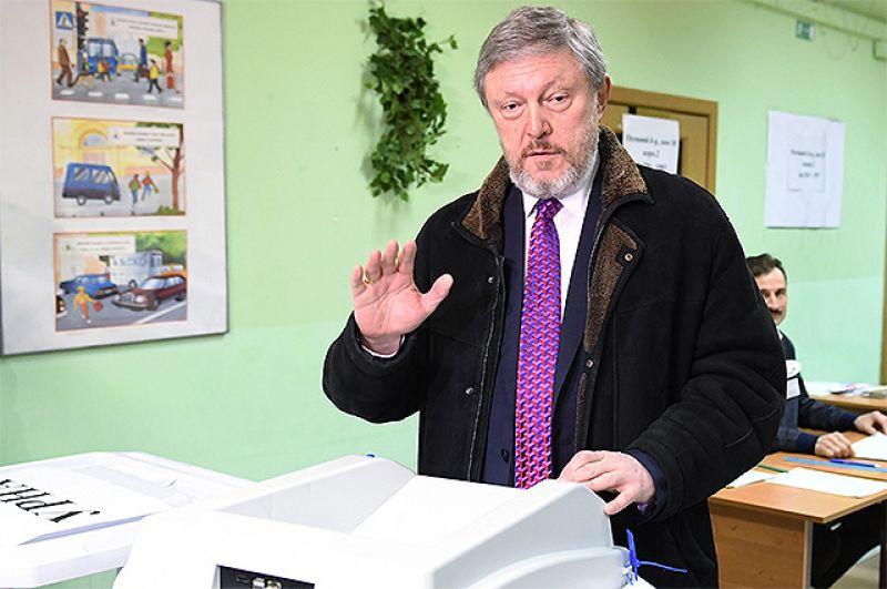 Кандидат в президенты РФ от партии «Яблоко» Григорий Явлинский во время голосования на выборах президента РФ на избирательном участке №2579 в Москве.