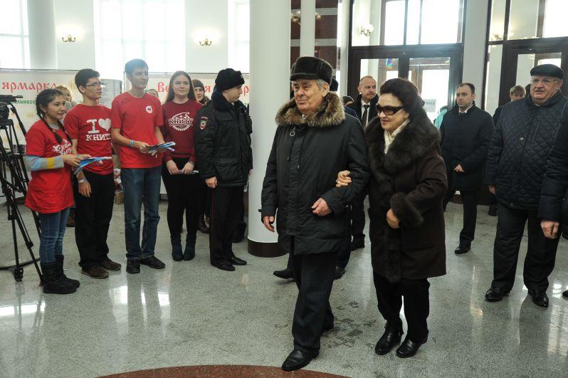 Госсоветник Минтимер Шаймиев прибыл на избирательный участок с супругой Сакиной.