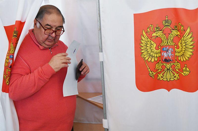 Бизнесмен, основатель USM Holdings Алишер Усманов голосует на выборах президента РФ на избирательном участке в Москве.