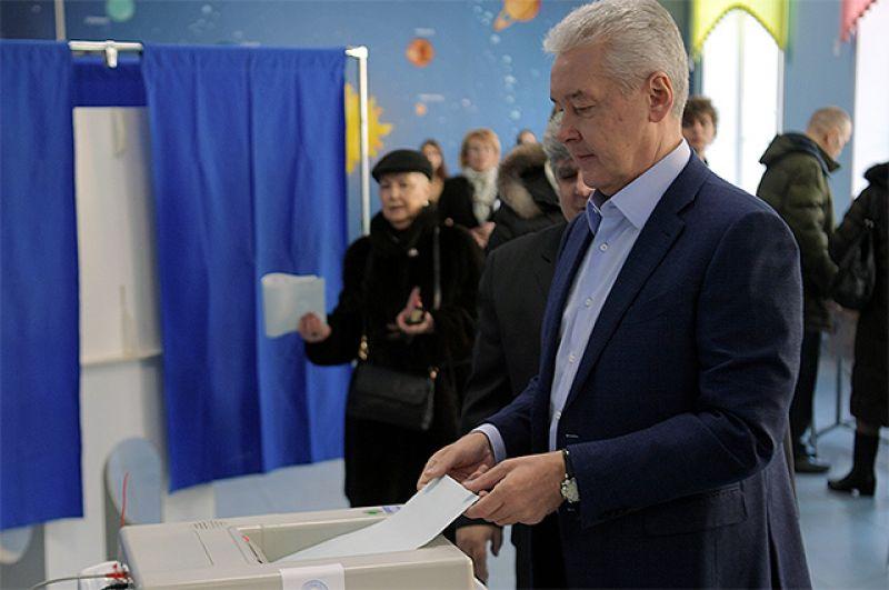 Мэр Москвы Сергей Собянин во время голосования на выборах президента РФ на избирательном участке № 90 в Москве.