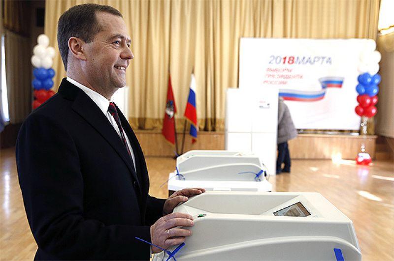 Председатель правительства РФ РФ Дмитрий Медведев во время голосования на избирательном участке в Москве на выборах президента РФ.