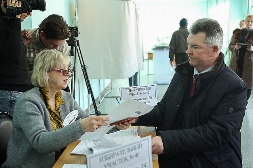 Герой России, летчик-космонавт Александр Самокутяев голосовал в родной Пензе.