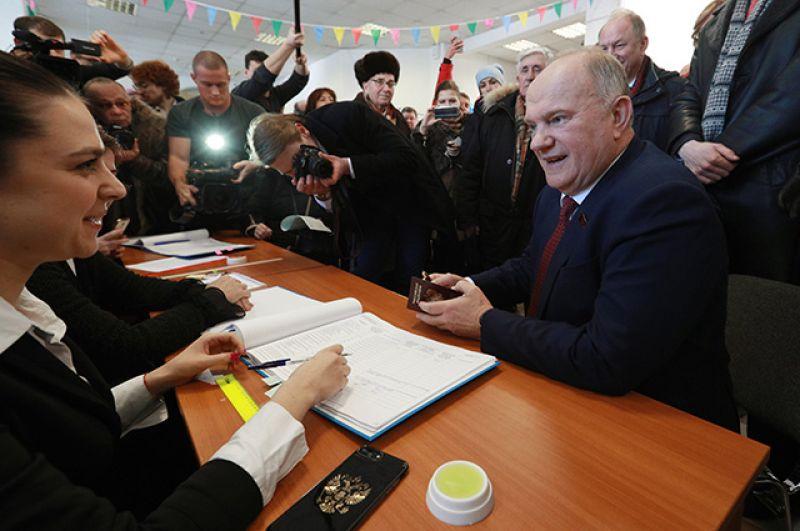 Руководитель КПРФ Геннадий Зюганов голосует на выборах президента РФ на избирательном участке в Москве.