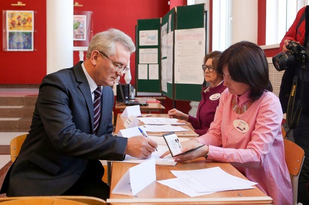 Губернатор Иван Белозерцев пришел на свой избирательный участок первым.