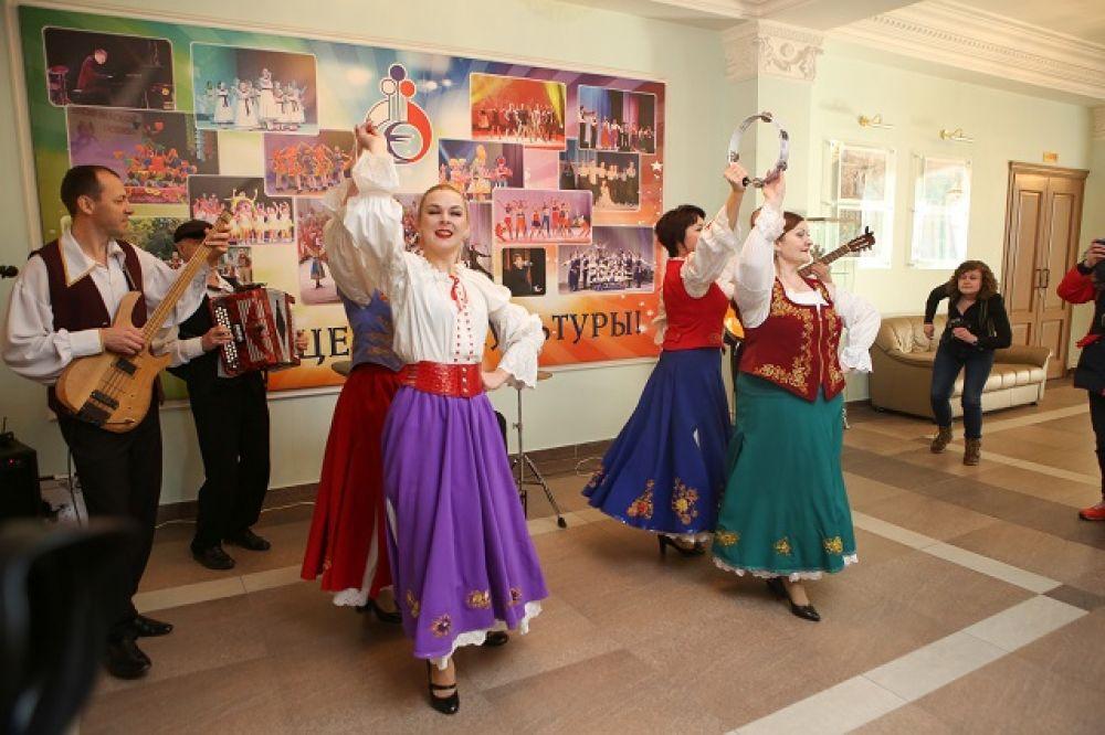Лучшие творческие коллективы создавали пензенцам праздничное настроение.