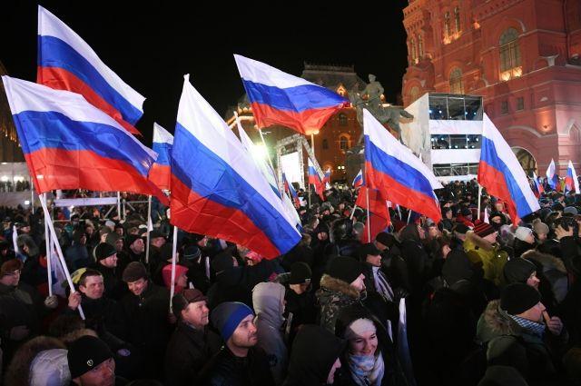 В Москве на Манежной площади идет митинг в честь воссоединения Крыма с РФ
