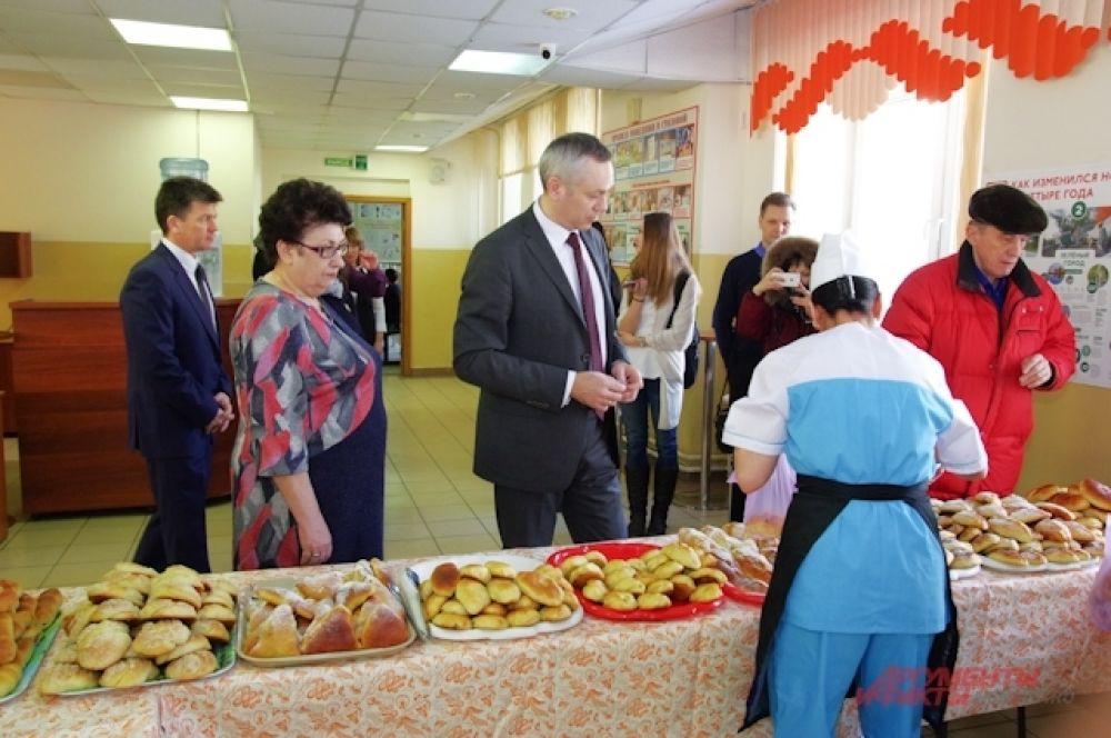 Врио губернатора Новосибирской области Андрей Травников тоже купил себе пирожок