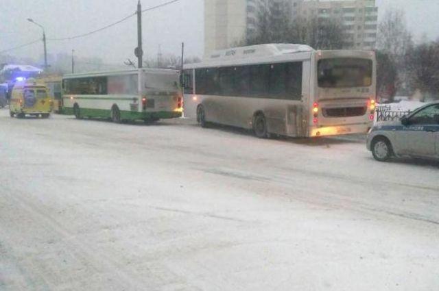 На месте столкновения автобусов работали сотрудники ГИБДД и врачи