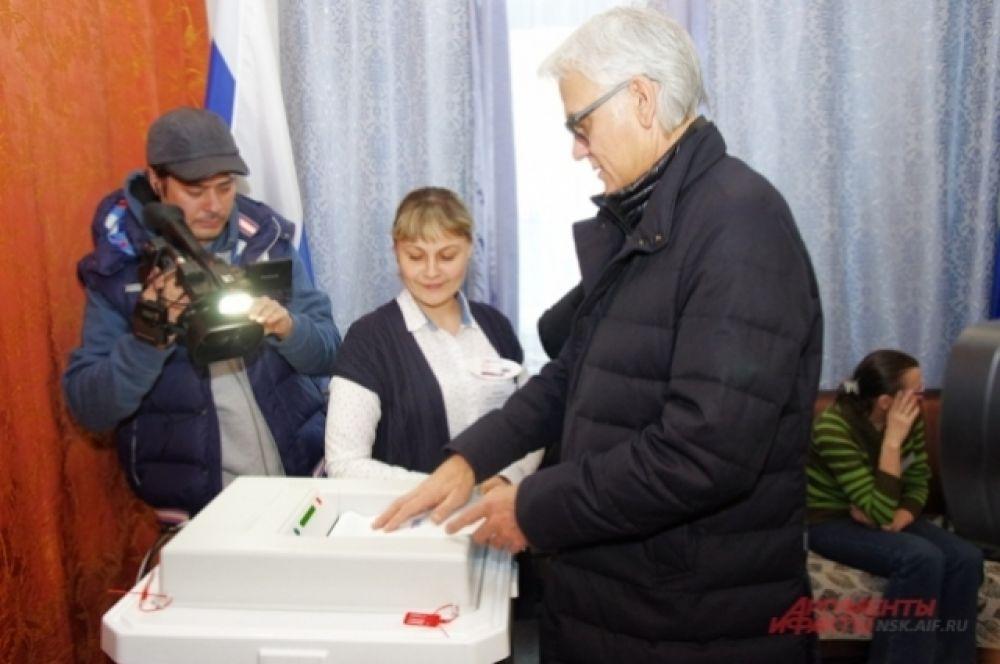 Перед выступлением артист пошел на избирательный участок по адресу улица Саратовская, 24А