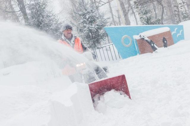 В Оренбурге утром более тысячи дворников убирали улицы после снегопада.