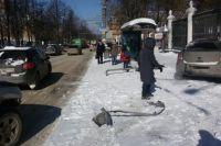 В районе дома №46 машина столкнулась с автомобилем Chevrolet. В результате Chevrolet вынесло на тротуар. При этом машина снесла знак «остановка».