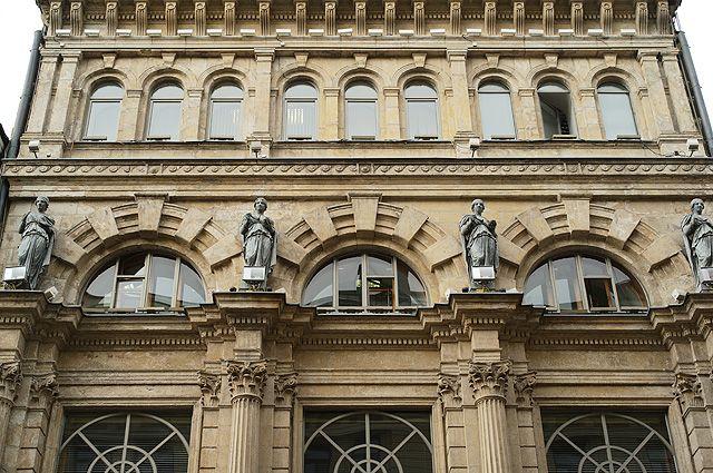 Здание - памятник истории и культуры, аптека В. К. Феррейна (1890-е гг.) на Никольской улице в Москве.