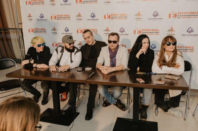 На фото слева направо Гарик Богомазов, Жан Милимеров, Илья Зудин, Владимир Лёвкин, Оксана Ковалевская, Юлия Беретта