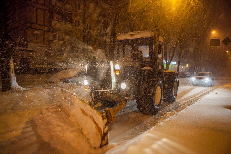 Снегопад обрушился на Днепр еще в ночь на понедельник, 19 марта. Коммунальные службы всю ночь убирали дороги и тротуары, однако, из-за сильного снегопада, к утру от этих действий не осталось и следа.