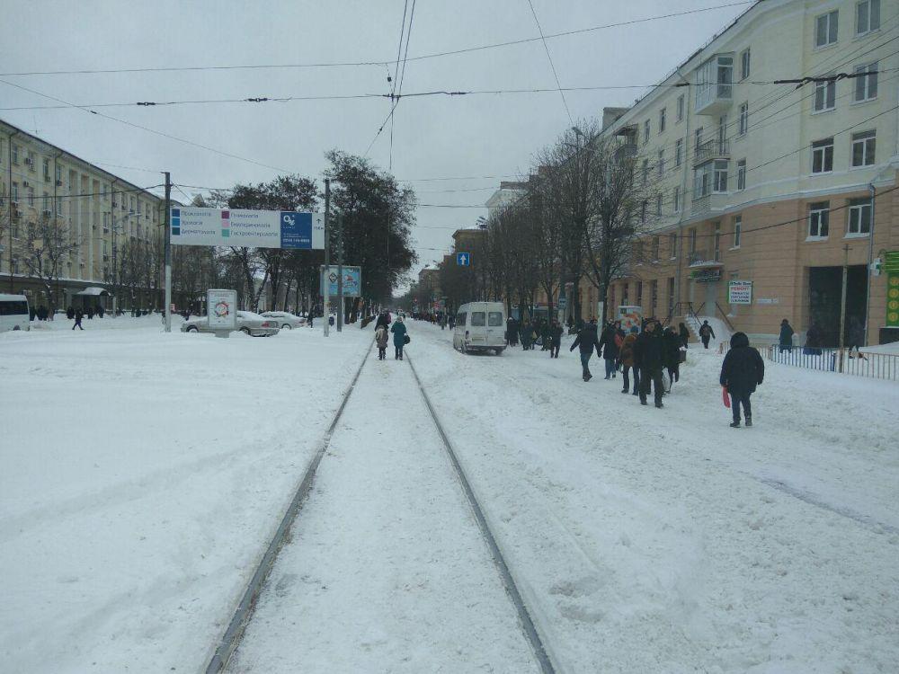 Люди шли даже по проезжей части, поскольку общественный транспорт в назначенный срок на работу не вышел - депо и АТП остались заблокированными в снегу.